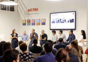 Conferencia de la empresa ACTIU en torno al mueble inteligente, en la que participó María José Núñez, a la derecha en la imagen